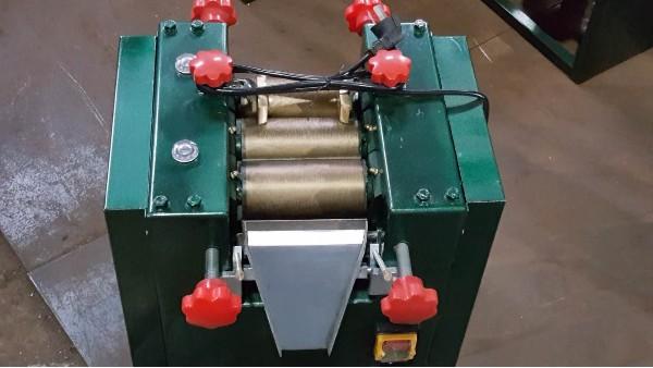 实验室研磨机中的三辊机